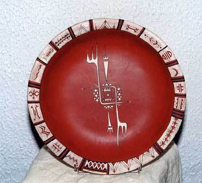 """Et verk av Ouiza Bacha utstiltei Hyacinthe Rigaud Museum. """"Ved å ta opp igjen  de gamle bevegelsne av sine  berbiske forfedre keramikere,Ouiza Bacha  fornyet  , utvidet og  eaktivet denne lang smspille mellom jorden og Kabylsk kvinnen"""""""