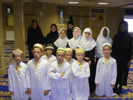 de samme barn pyntet med islamske drakter.