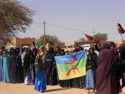 Demonstrasjon  av Tuareg kvinner i Kidal  med Azawad  flagg  og Amazigh flagg. Tuaregene er en del av den  Berbiske sivilisasjon som, til tross for alle omskiftninger i historien har overlevd de største kjent  erobrerne i menneskehetens historie