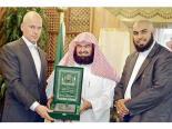 Sheikh Abdulrahman Al-Sudais, formann i styringskomiteen av de to hellige moskeer, gir en kopi av Koranen til Arnoud Van Doom (til venstre) under en mottakelse i Mekka foran Muhammad Shahzad (til høyre), president i Canadian Association of Dawa