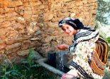 En Kabyle kvinne i fontenen