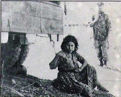 For å ha deltatt i motstand bevegelsen mot den franske kolonialisme, ble Zoulikha fanget og lenket til en kjøretøy. Hun ble stilte til gapestokk.