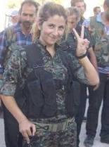 Hun er kurdisk. Hun kjempet  til slutten.Hun ofret seg for sitt folk martyrisert. Hun bare forlott alt, hennes familie, hennes venner og hennes fremtid for å hjelpe  sin nasjon som er i fare Hun ofret  seg for  at hennes familie overlever. Hun kjempet hun til den siste kulen, den med  hun ga seg selv døden for å ikke falle levende i hendene til muslimske aktivister.Til tross for at  hun var død, har kriminelle halshygget henne.