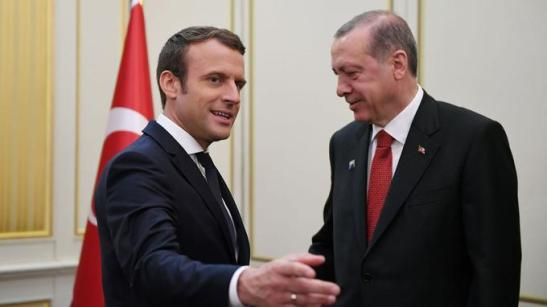 Emmanuel Macron and his Turkish counterpart Recep Tayyip Erdogan hand in hand as at the time of the Ottoman Empire